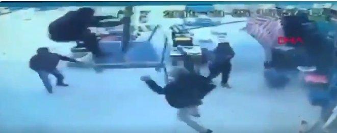 La sombrilla se levanta del suelo con un hombre encima de ella.   Foto: Twitter/DailySabah