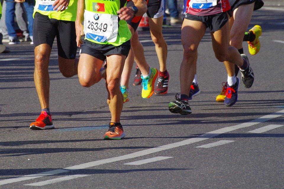 Des gens en train de courir le marathon.   photo : Pixabay