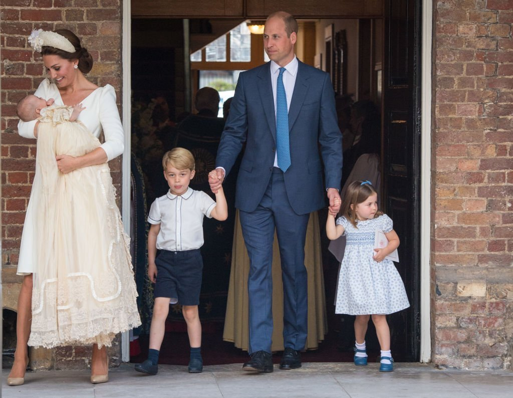 Kate Middleton et le Prince William avec leurs enfants Prince George, Princesse Charlotte et Prince Louis après le baptême du Prince Louis au Palais St James. | Photo : Getty Images
