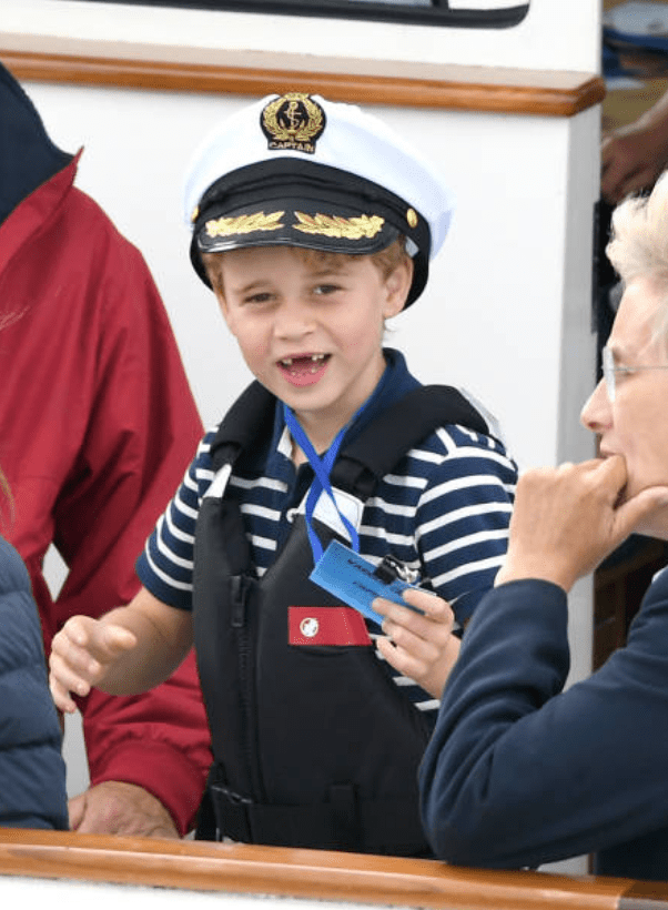Prince George porte un chapeau de marin en regardant la régate de la King's Cup, Isle of Wright | Photo : Getty Images