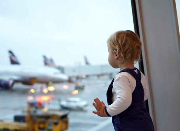 Un bébé à l'aéroport. | Photo: Freepik