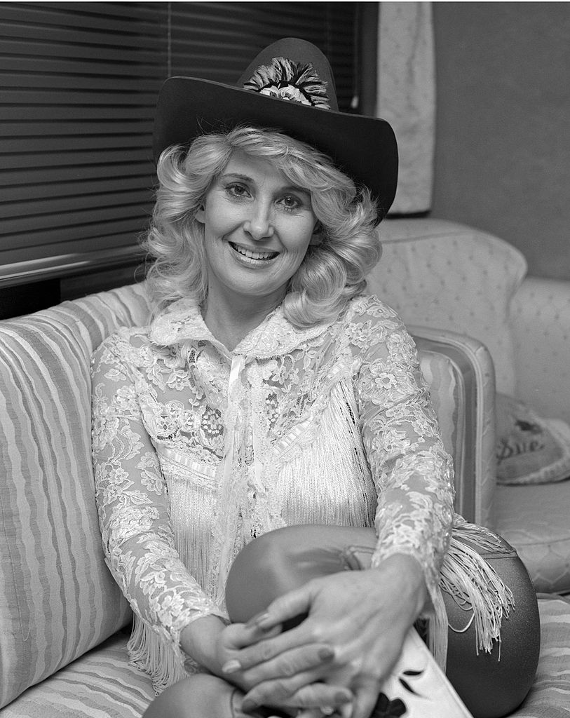 La chanteuse de country Tammy Wynette pose pour un portrait avec un chapeau de cowboy en 1982 à Tallahassee, Floride.  | Photo : Getty Images