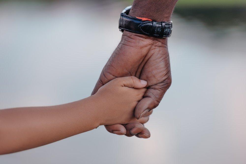 Abuelo y nieta tomados de la mano. | Fuente: Shutterstock
