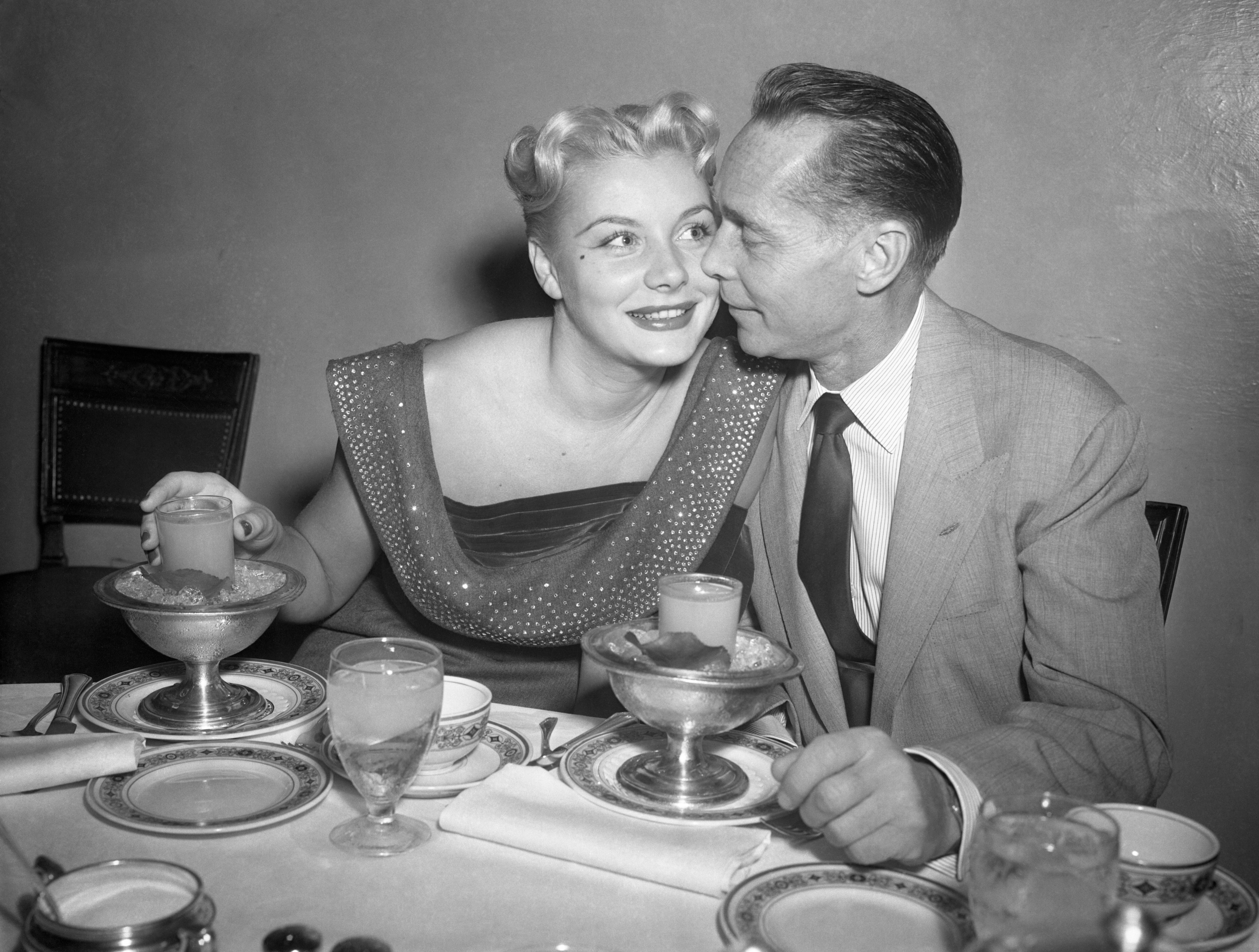 Barbara Payton and Franchot Tone at dinner together in LA, late 1951. | Photo: Getty Images
