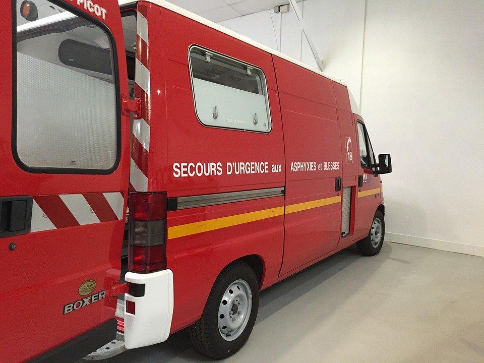 Voiture d'ambulance garée dans un parking   Photo : Pixabay