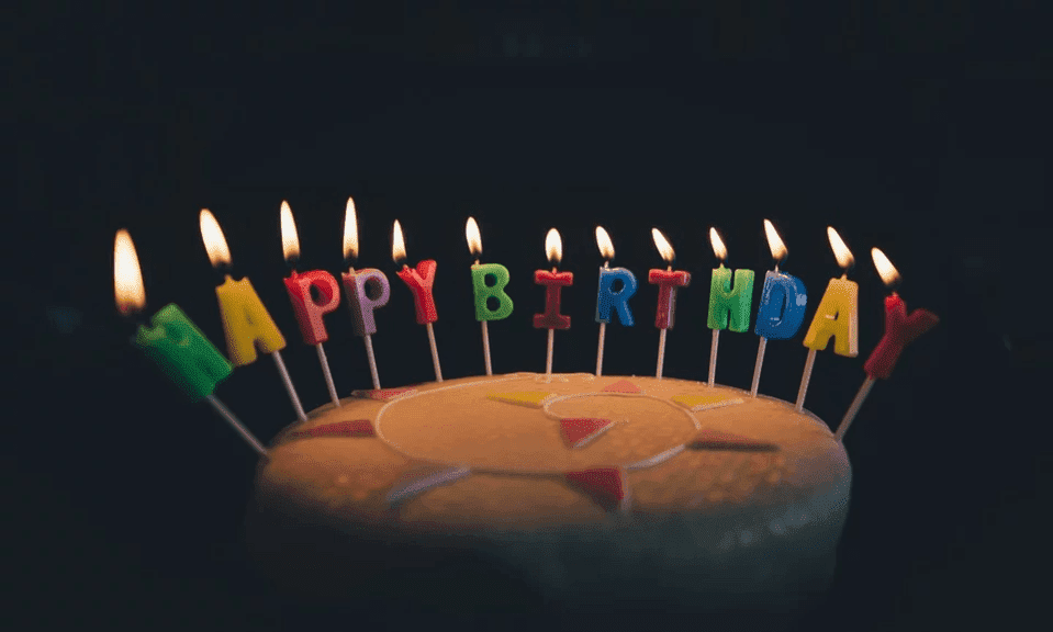 A photo of a candle-lit birthday cake. | Photo: Pixabay