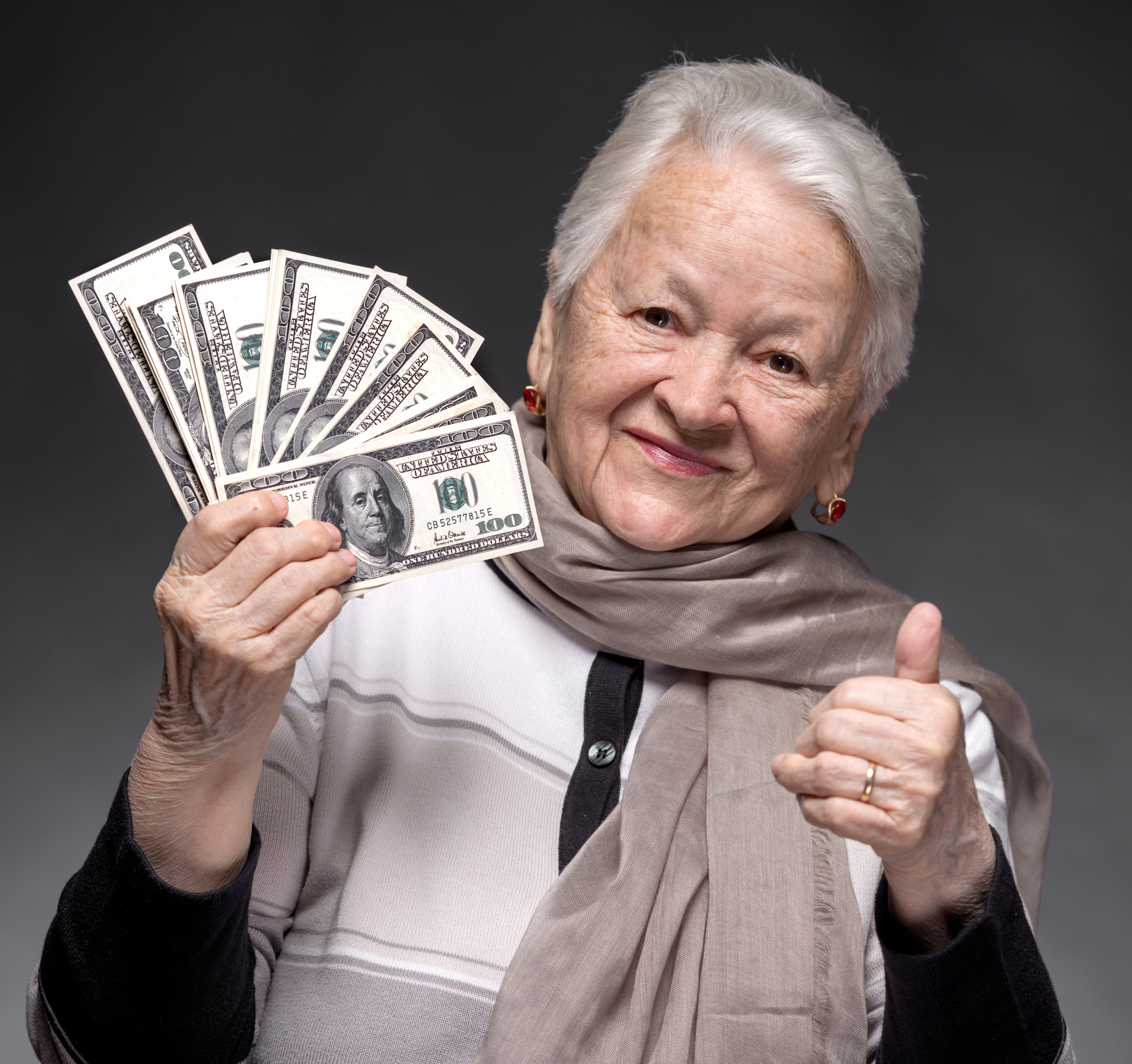 Anciana con dinero en efectivo. || Fuente: Shutterstock
