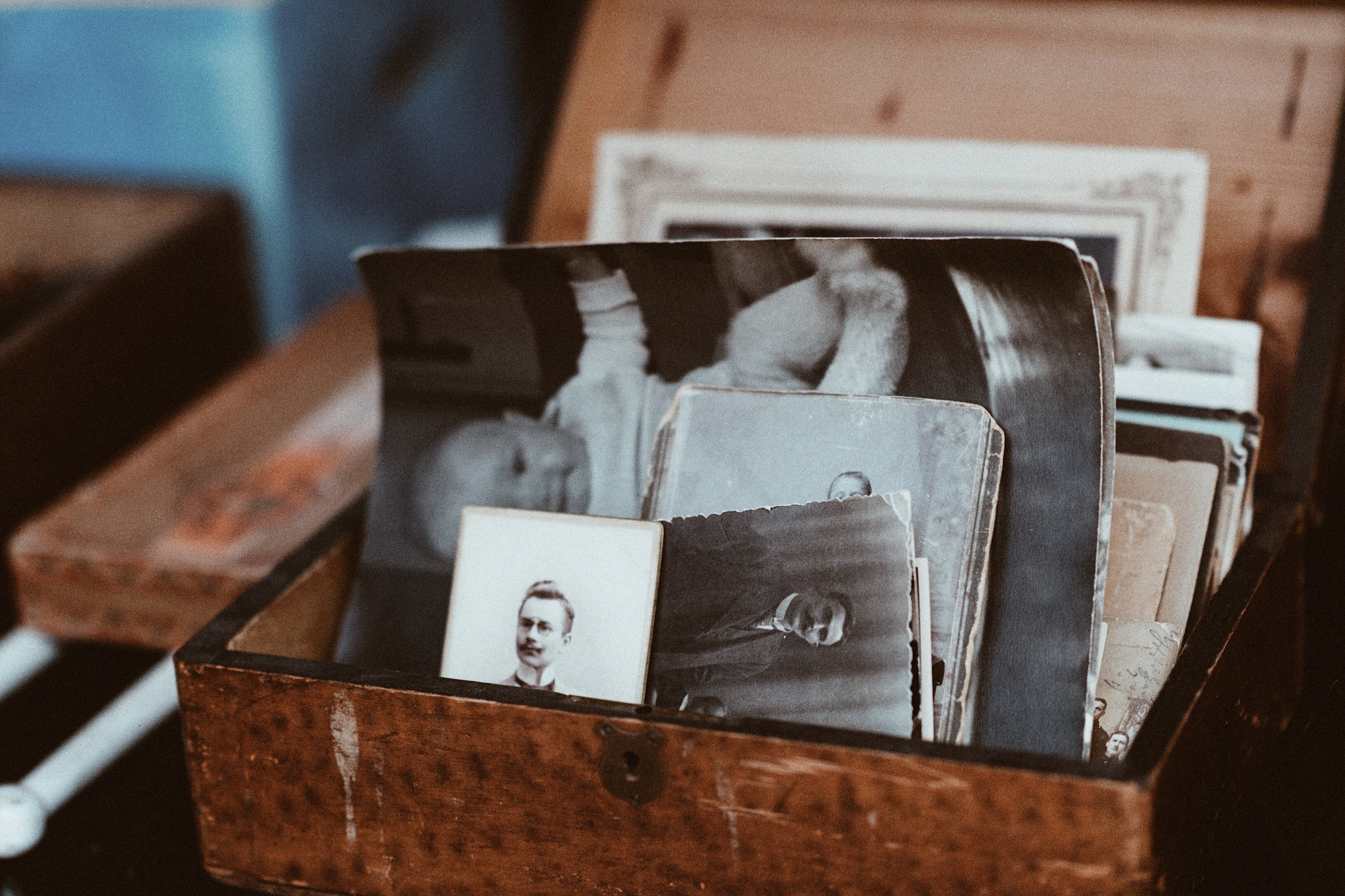 Melissa sorted through her childhood photographs and discovered the homeless man was her father | Photo: Unsplash
