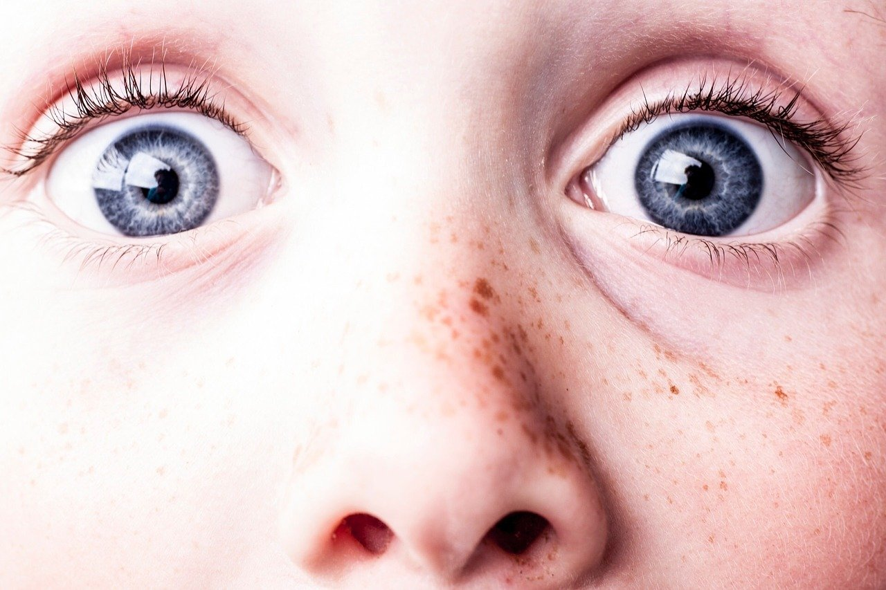 A close-up of the scared eyes of a little child | Photo: Pixabay/Gisela Merkuur