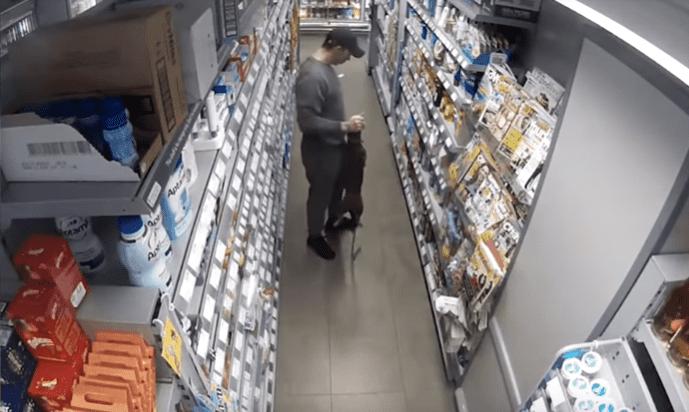 Hombre tomando perro del cuello / Imagen tomada de: Youtube /  Bla Bla 1
