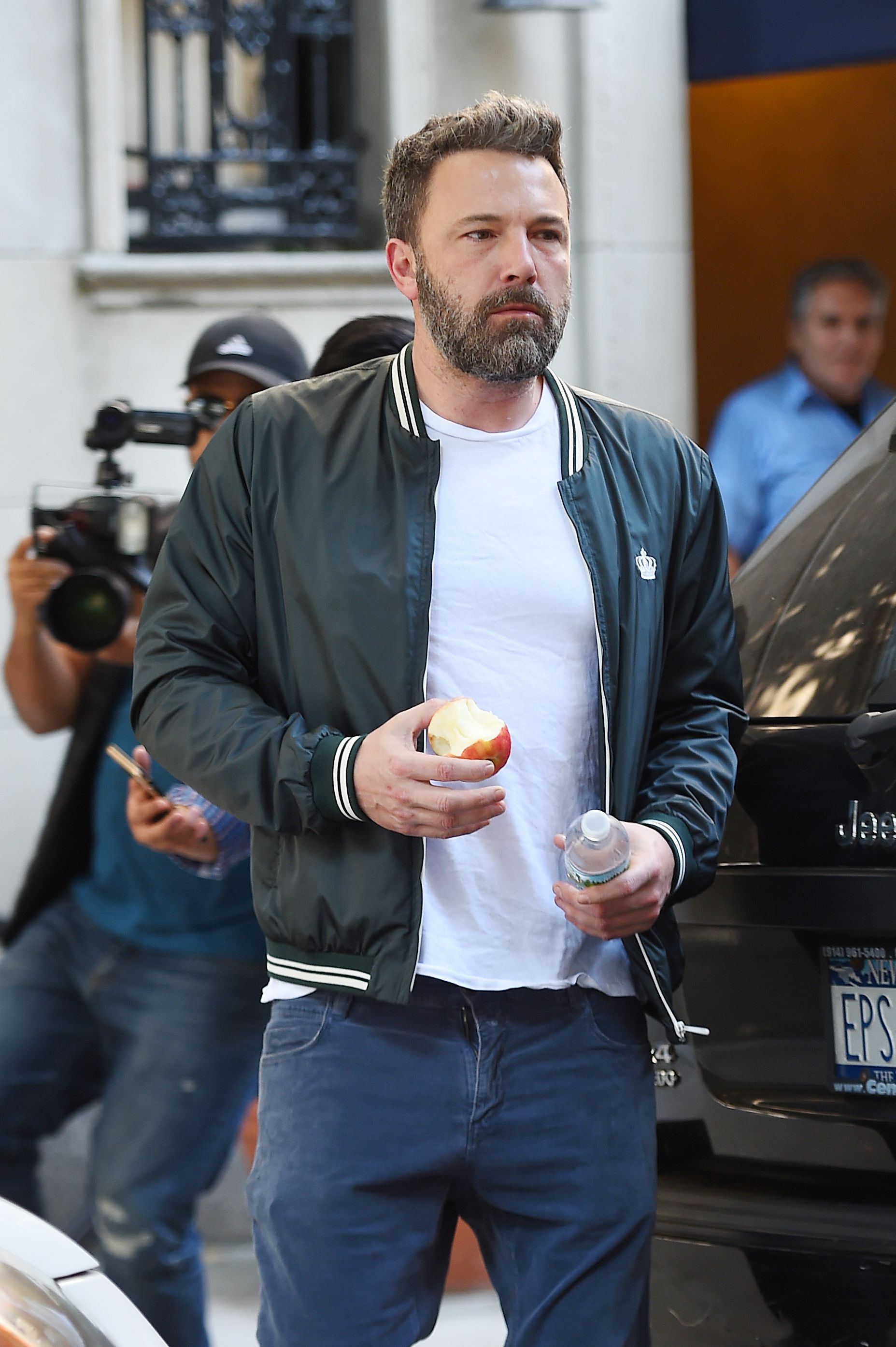 Ben Affleck eating an apple on September 11, 2017 in New York, New York. | Photo: Getty Images