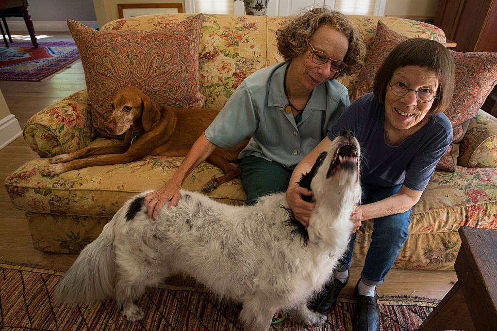 Linda Hunt, right, with her spouse Karen Klein in 2014, in their Los Angeles home | Source: Getty Images
