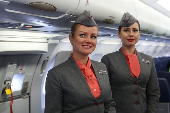 Air hostesses on a plane.| Photo: Getty Images.
