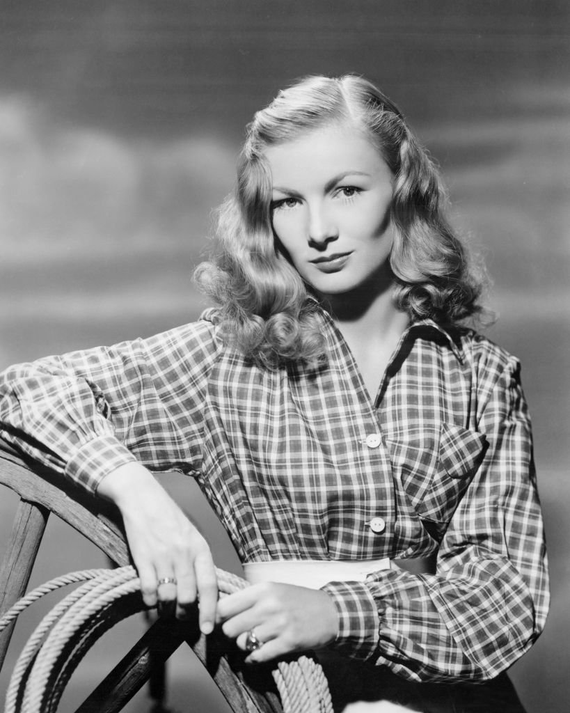 Veronica Lake wearing a plaid shirt and holding a rope for a portrait on January 01, 1945 | Photo: Getty Images