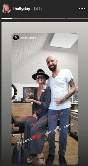 Laeticia Hallyday se fait tatouer par son tatoueur Karas Tattoo. | Photo : Story Instagram / lhallyday