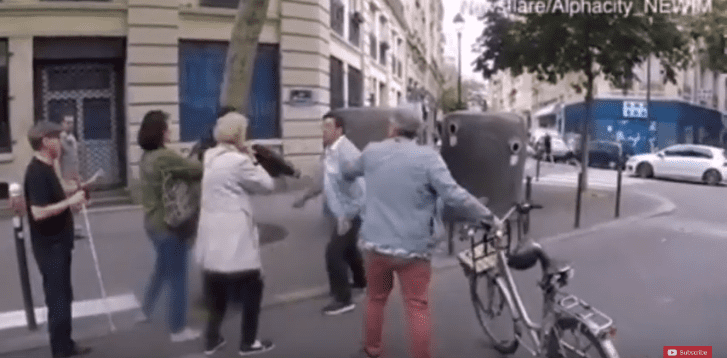 Un conducteur furieux attaque un piéton alors qu'il guide un aveugle de l'autre côté de la rue à Paris.  Youtube : Haki Social Media