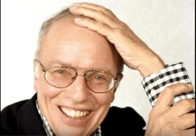 Rire de Thierry Roland dans les grosses tetes (2) | Photo : Youtube / Arnomac 140
