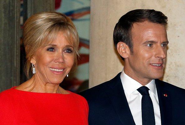 Le président français Emmanuel Macron et son épouse Brigitte Macron attendent le président chinois Xi Jinping et son épouse Peng Liyuan avant un dîner officiel au Palais présidentiel de l'Elysée le 25 mars.   Photo : GettyImage