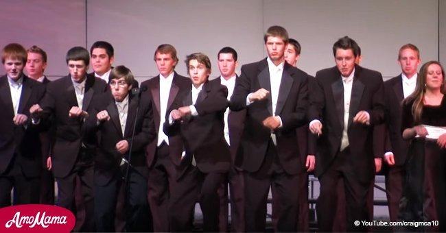 Une chorale scolaire a proposé une performance hilarante qui n'a laissé personne dans l'auditorium indifférent