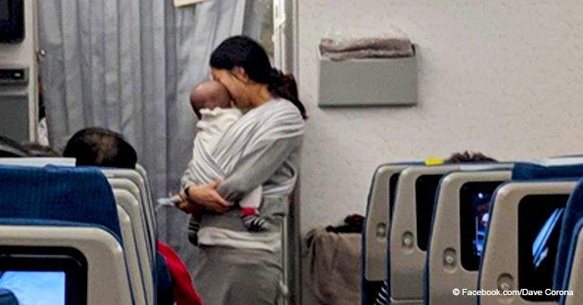 Madre considerada prepara 200 regalitos para pasajeros de avión por si su bebé llora mucho