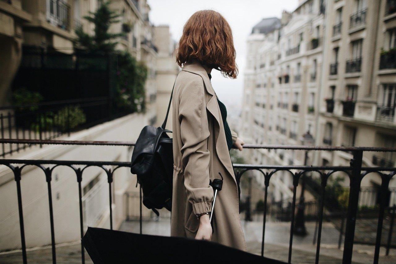 Une femme qui porte une parapluie | Source : Pixabay