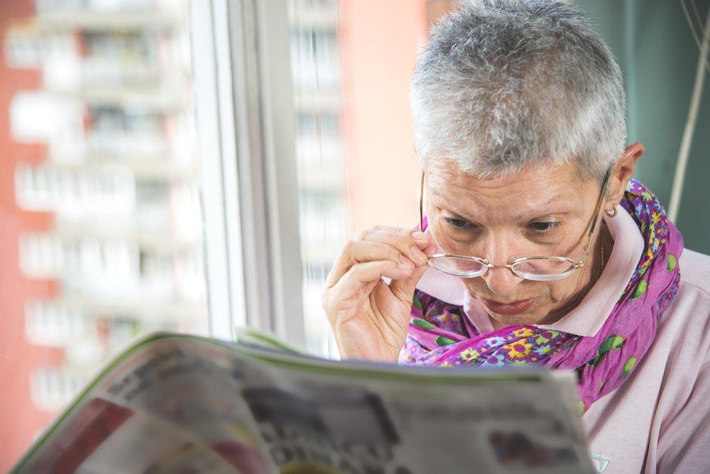 Une femme avec des difficultés à lire. l Source: Shutterstock