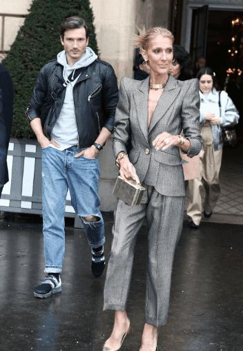 Céline Dion sort de l'hôtel Crillon à Paris pour se rendre à un défilé lors de la fashion week Haute-Couture printemps-été 2019 le 23 janvier 2019 | Youtube/Paris Popular