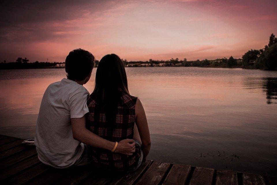 Un couple regardant la plage | Photo : Pixabay