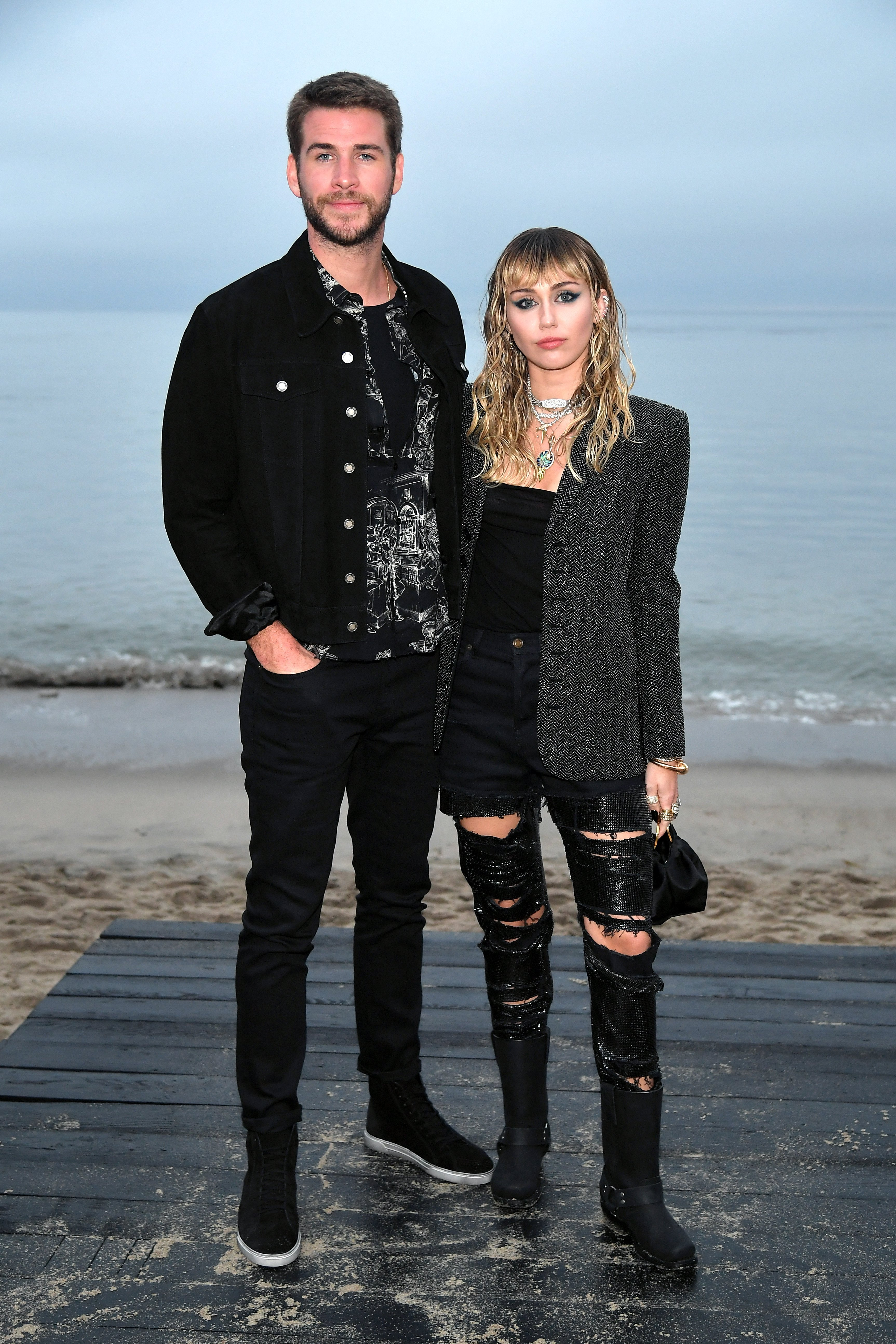 Liam Hemsworth y Miley Cyrus en el Saint Laurent Mens Spring Summer 20 Show, el 06 de junio de 2019 en Paradise Cove Malibu, California. | Imagen: Getty Images