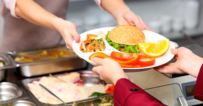 Une employée est virée pour avoir donné à manger un enfant sans argent