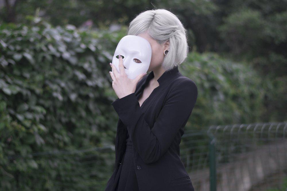 Joven ocuta su rostro con una máscara. Fuente: Shutterstock