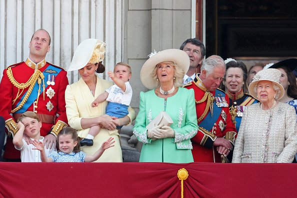 Prince Louis, Prince George, Prince William, Duc de Cambridge, Princesse Charlotte, Catherine, Duchesse de Cambridge, Camilla, Duchesse de Cornouailles, Prince Charles, Prince de Galles, Princesse Anne, Princesse Royale et Reine Elizabeth II pendant Trooping The Colour, le défilé annuel du 8 juin 2019 à Londres, Angleterre. | Photo : Getty Images