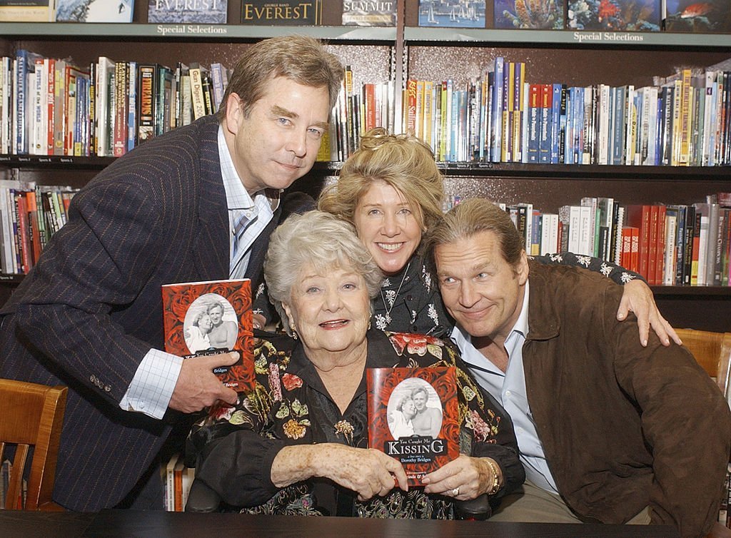 Dorothy, Cindy and Jeff Bridges pose at a book signing for Dorothy Bridges on January 27, 2005, in Los Angeles | Photo: GettyImages
