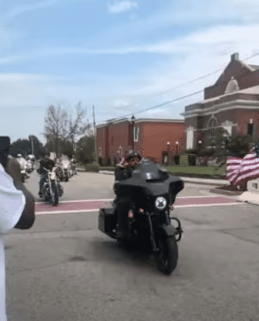 1000s of bikers escort a youngster's hearse to the graveyard in a bid to pay their respects | Photo: Youtube/Biker Dad