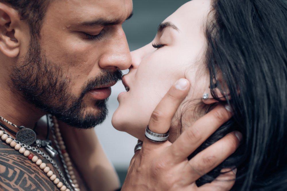 Beso sensual de pareja. | Fuente: Shutterstock