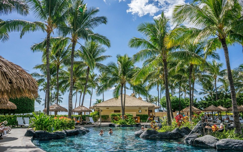 People in and around a pool in a resort center in Hawaii | Photo: Pixabay