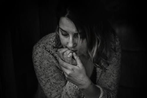 Une jeune femme pensive | Photo: Pexels