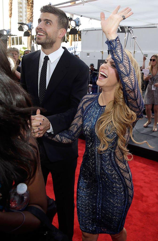 Piqué y Shakira saludando al público. | Fuente: Getty Images