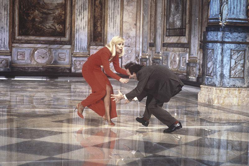 Raffaella Carrà con el actor Roberto Benigni durante la duodécima edición del programa Fantastico TV. Roma, Teatro delle Vittorie, 19 octubre de 1991. | Imagen: Wikipedia