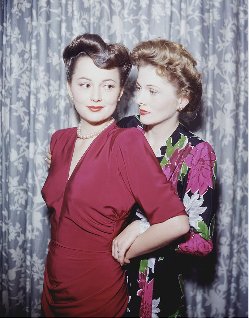 Olivia de Havilland with her sister Joan Fontaine as they pose for a photograph on January 1, 1945. | Photo: Getty Images.