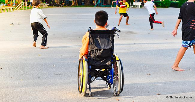 Un chien de confiance est le plus heureux lorsqu'il pousse son ami humain handicapé dans son fauteuil roulant