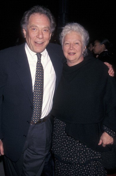 George Segal and wife Sonia Schultz Greenbaum at the premiere of 'The Thin Red Line' on December 22, 1998 | Photo: Getty Images