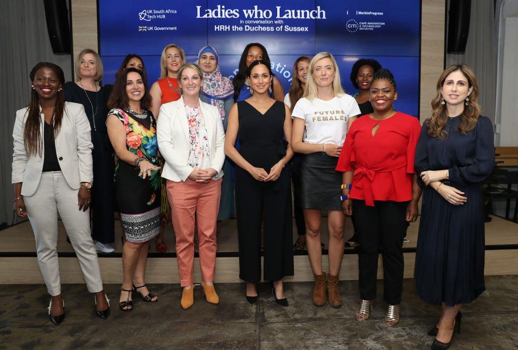 Meghan pose avec 12 femmes entrepreneures à la Bourse de Woodstock. | Source : Getty Images
