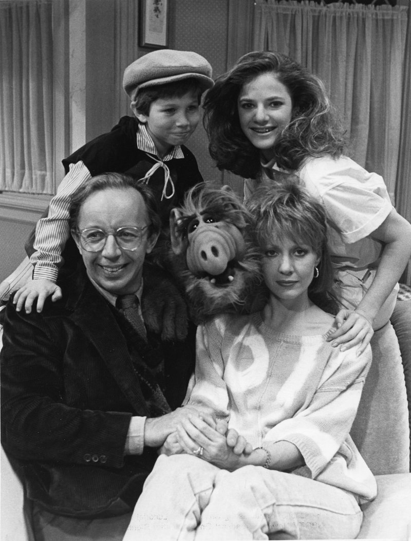 Max Wright, Benji Gregory, Andrea Elson und Anne Shedeen mit ALF am 23. Mai 1986 in Los Angeles, Kalifornien | Quelle: Getty Images