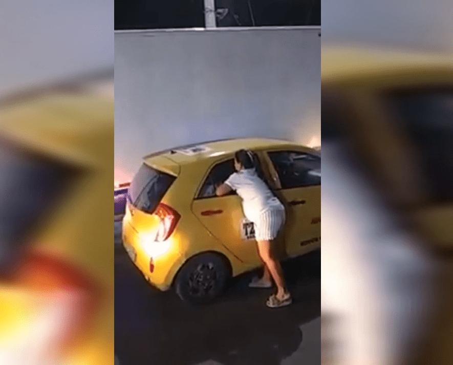 Une femme faisant une scène sur la route | Photo : YouTube / El Mundo Viral
