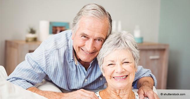 Un couple de personnes âgées conseillé par un médecin sur la façon de restaurer leur mémoire