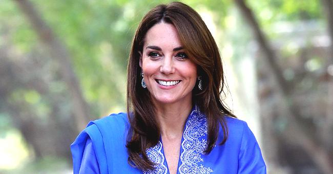 Kate Middleton en kurta, pantalon et écharpe bleu roi pour la tournée royale au Pakistan