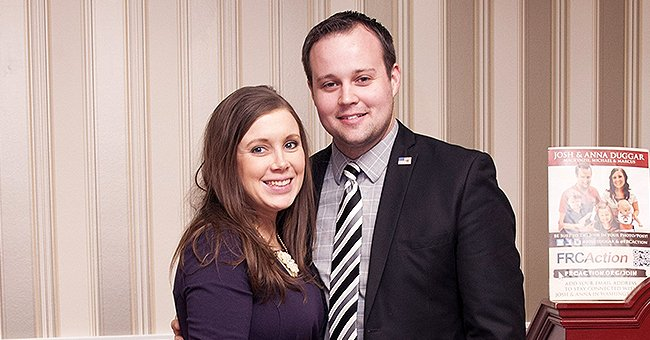 Anna & Josh Duggar Pose in Christmas Photos with Their Six Children