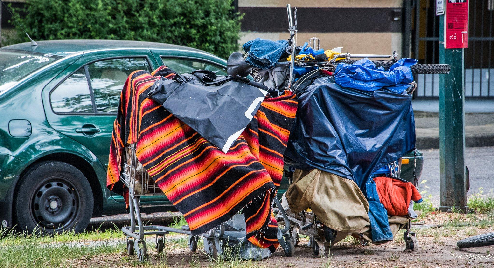 Ropa y objetos acumulados sobre carritos de supermercado. | Imagen: Flickr