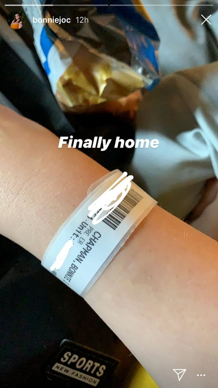 Bonnie Chapman shows a hospital bracelet on her wrist | Source: Instagram/bonniejoc